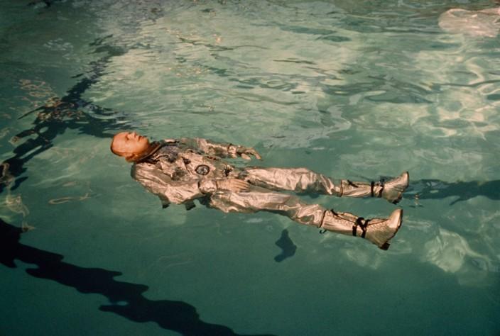 Армстронг в бассейне