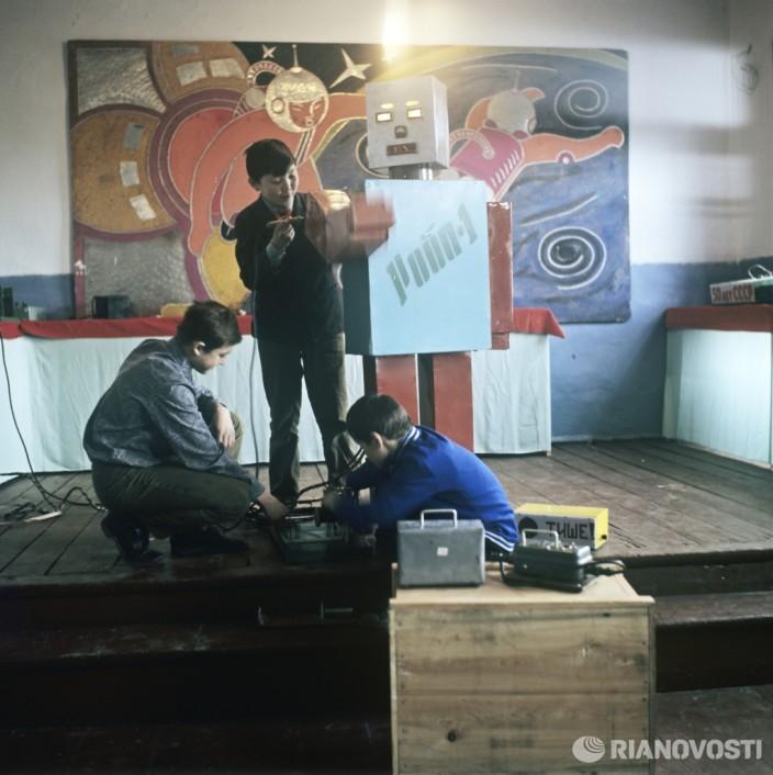 Ребята проверяют модель робота. Фото: Рудольф Алфимов/РИА Новости