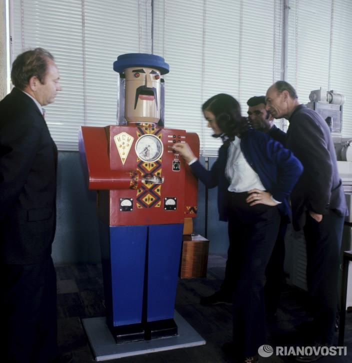 Робот, синтезирующий алмазы. Фото: Б. Градов/РИА Новости.