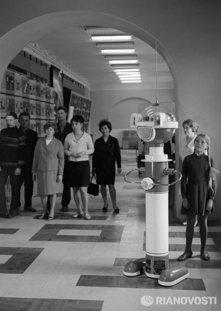 Робот ведет экскурсию по отделу автоматики. Фото: Владимир Вдовин/РИА Новости