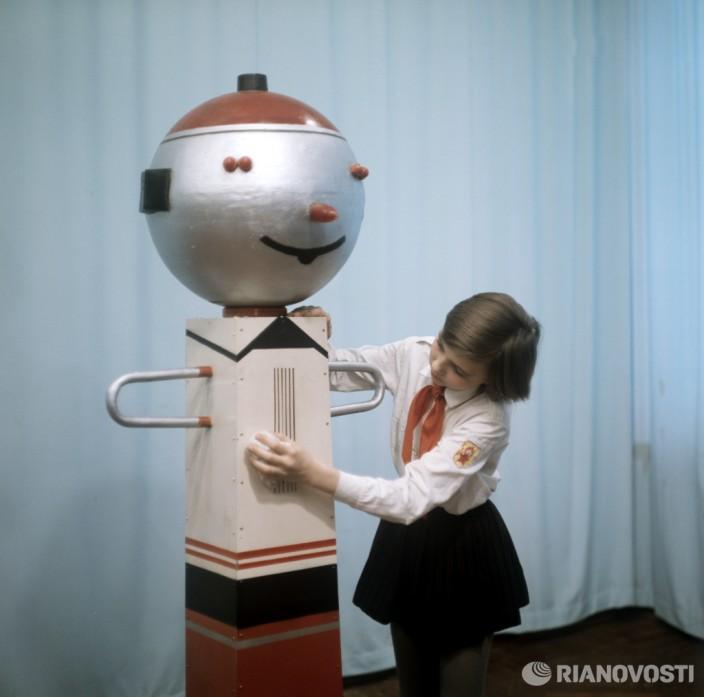 Шестиклассница Лариса Шмадченко и робот Самоделкин. Фото: Ю. Евсюков/РИА Новости.