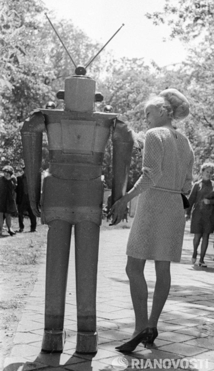 Девушка и робот. Фото: Щербаков/РИА Новости