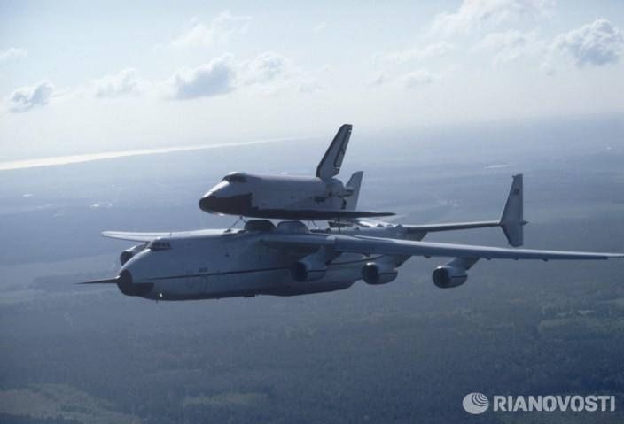 Самолет Ан-225 Мрия и космический корабль Буран