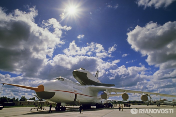Самолет Ан-225Мрия и космический корабль Буран